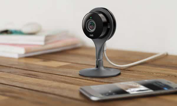 De Nest Cam, aangesloten en met bijbehorende app.